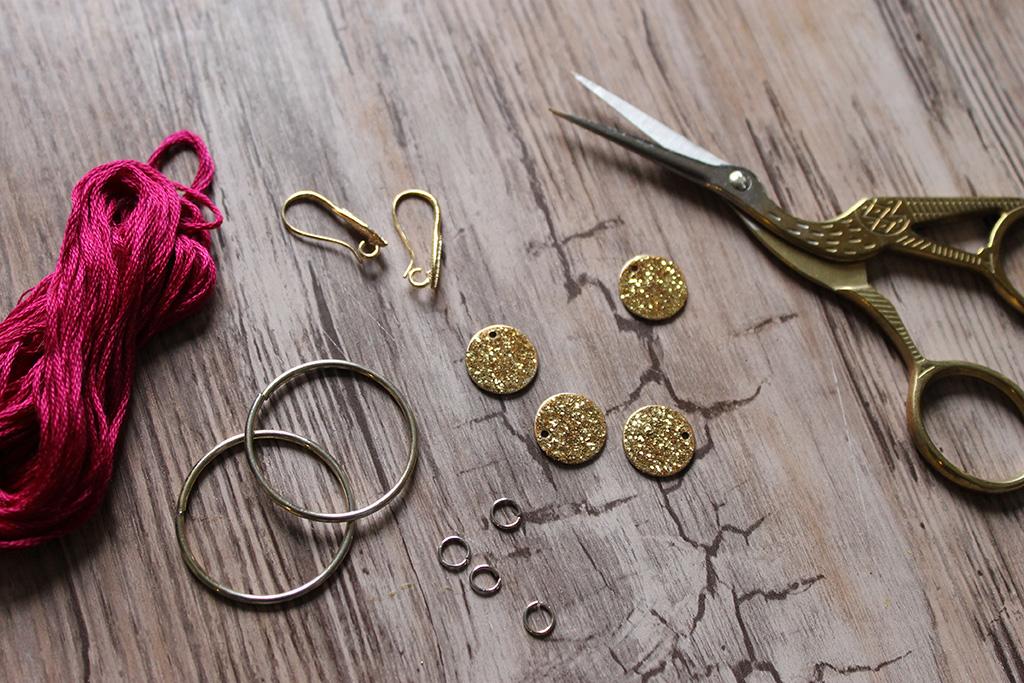 DIY-fabriquer-boucles-doreilles-pompons-et-sequins