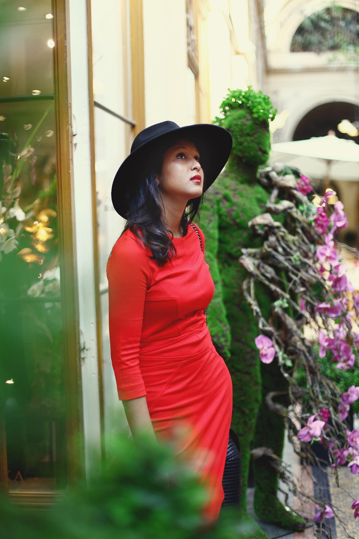 look-robe-rouge-mango-chapeau-fedora-noir-zara