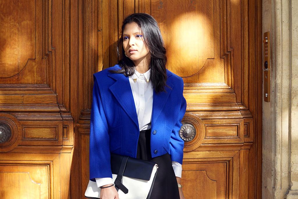 look_preppy_veste_vintage_chemise_blanche_jupe_patineuse_noire_pochette_bicolore