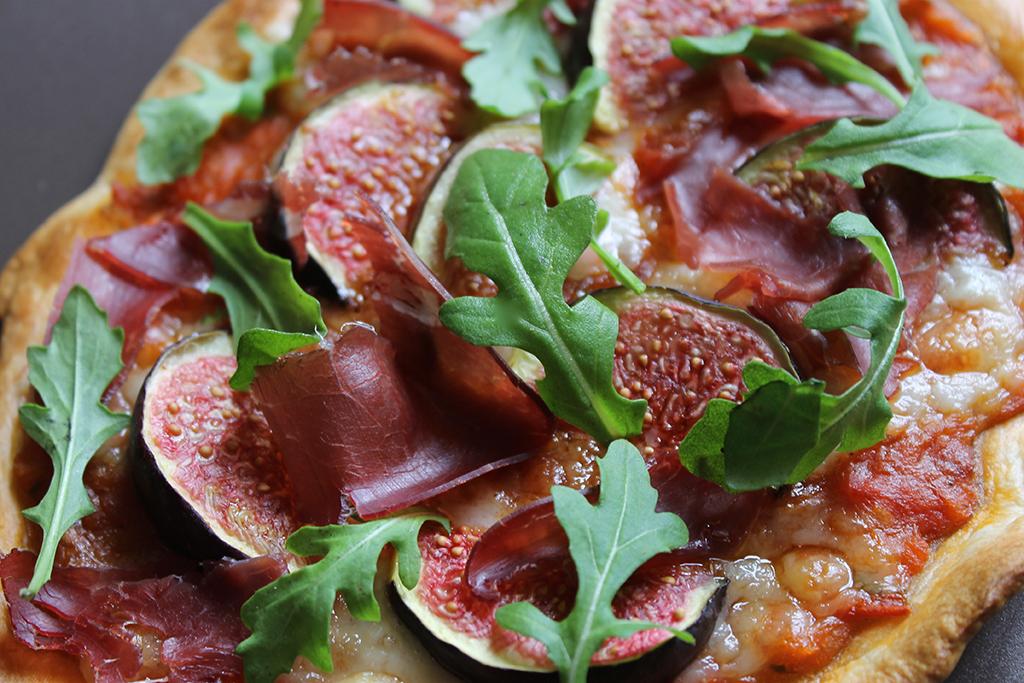 pizza-figue-ossau-iraty-viande-de-grison-roquette