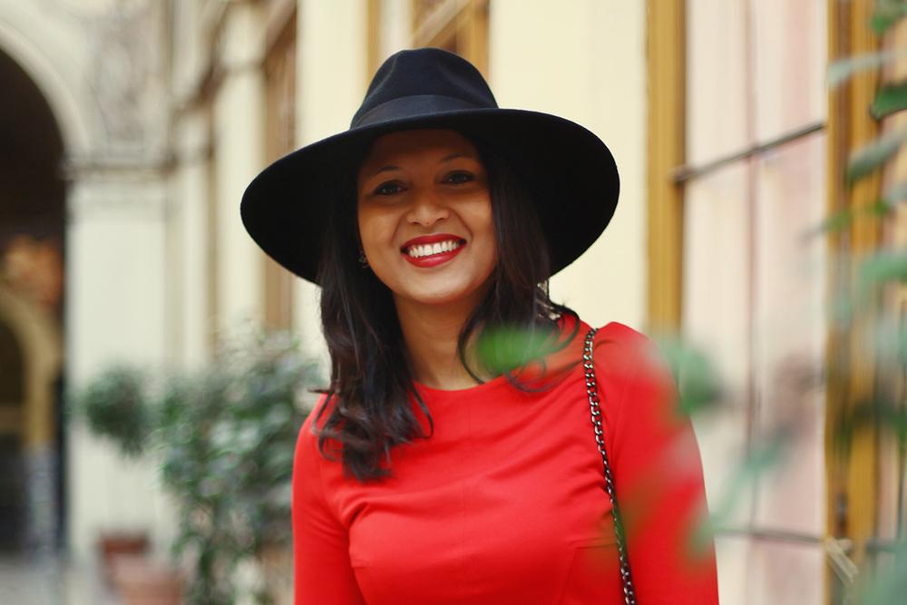robe-rouge-chapeau-fedora-zara