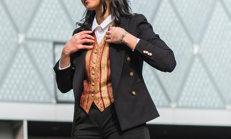 look-masculin-blazer-noir-gilet-brocart-chemise-blanche