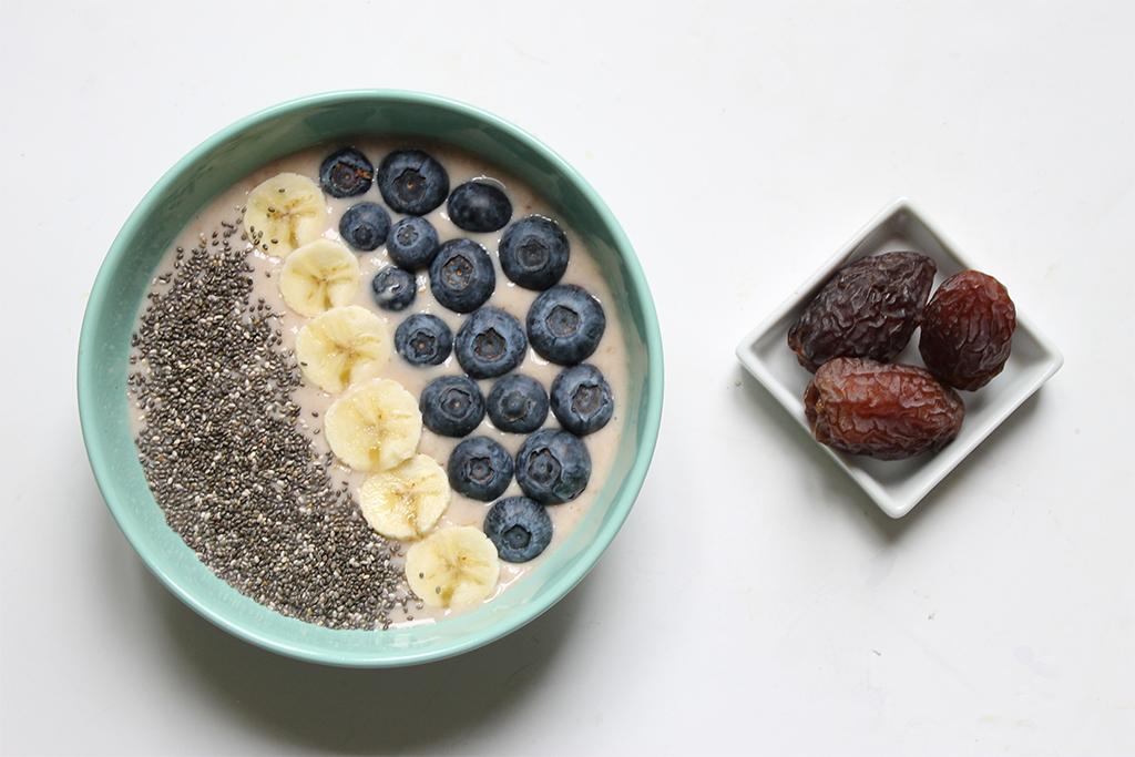 acai-bowl-banane-myrtille-datte-graines-de-chia-1 copy
