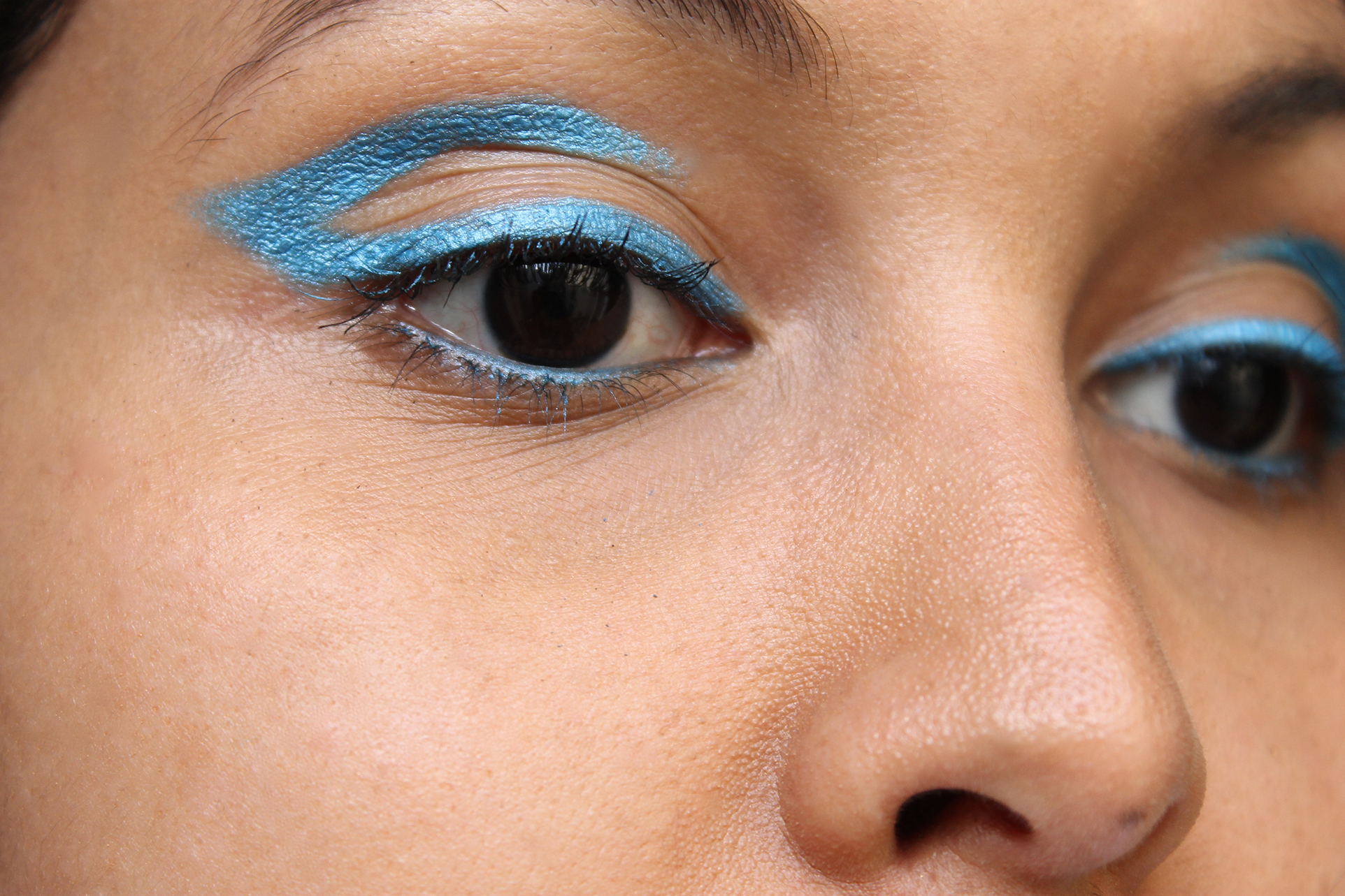 cut-crease-liner-bleu-turquoise
