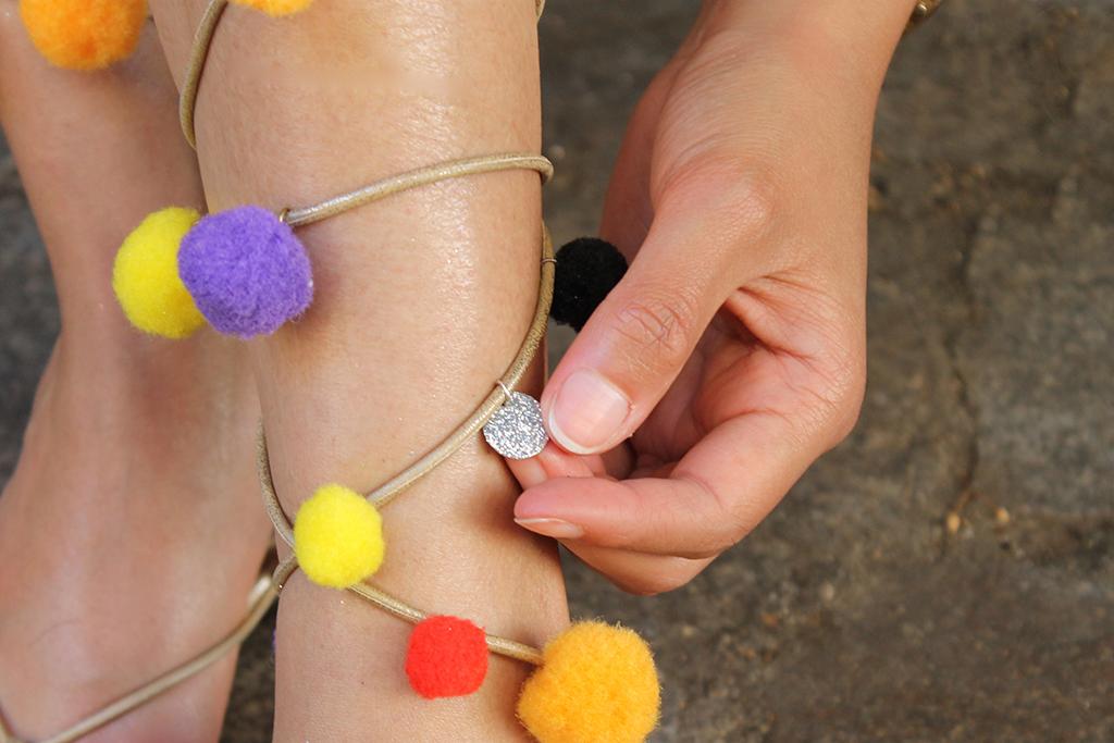 detail-sandales-a-pompons