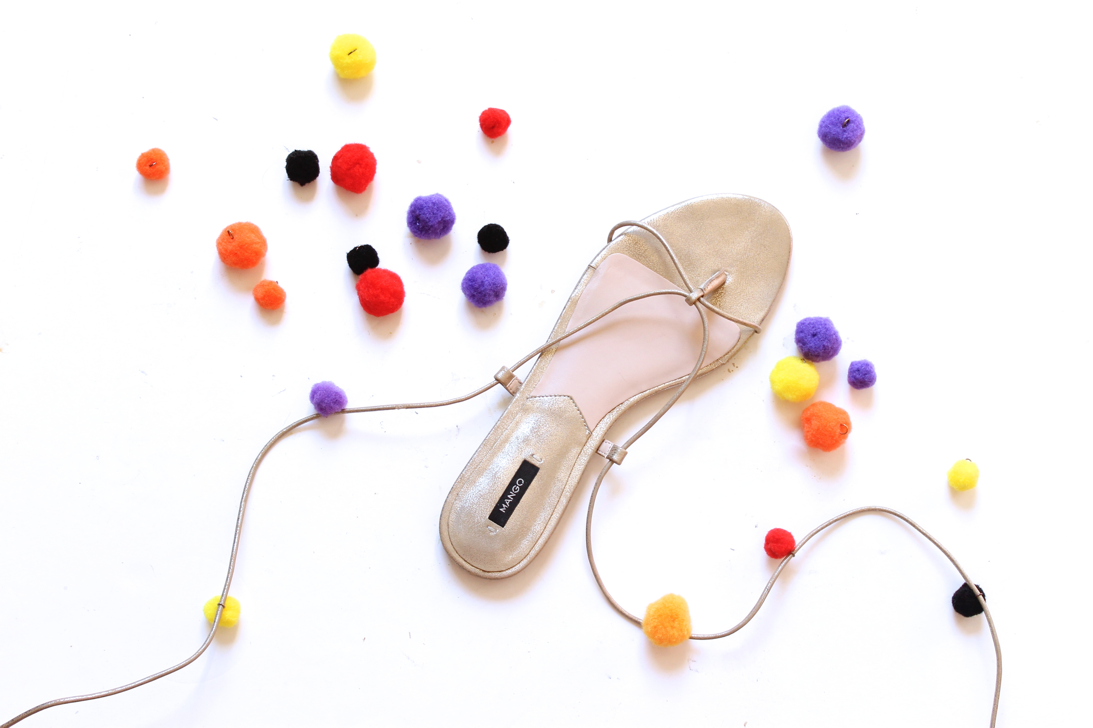 enfiler-pompons-sur-brides-sandales-2
