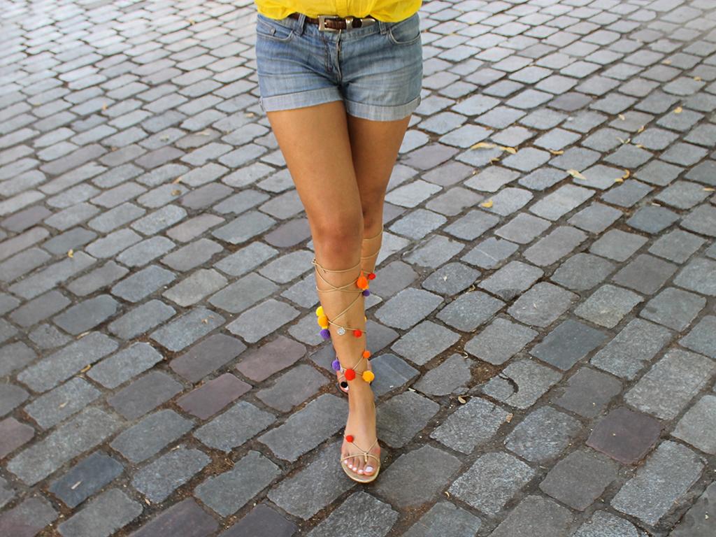look-short-jean-sandales-a-pompons