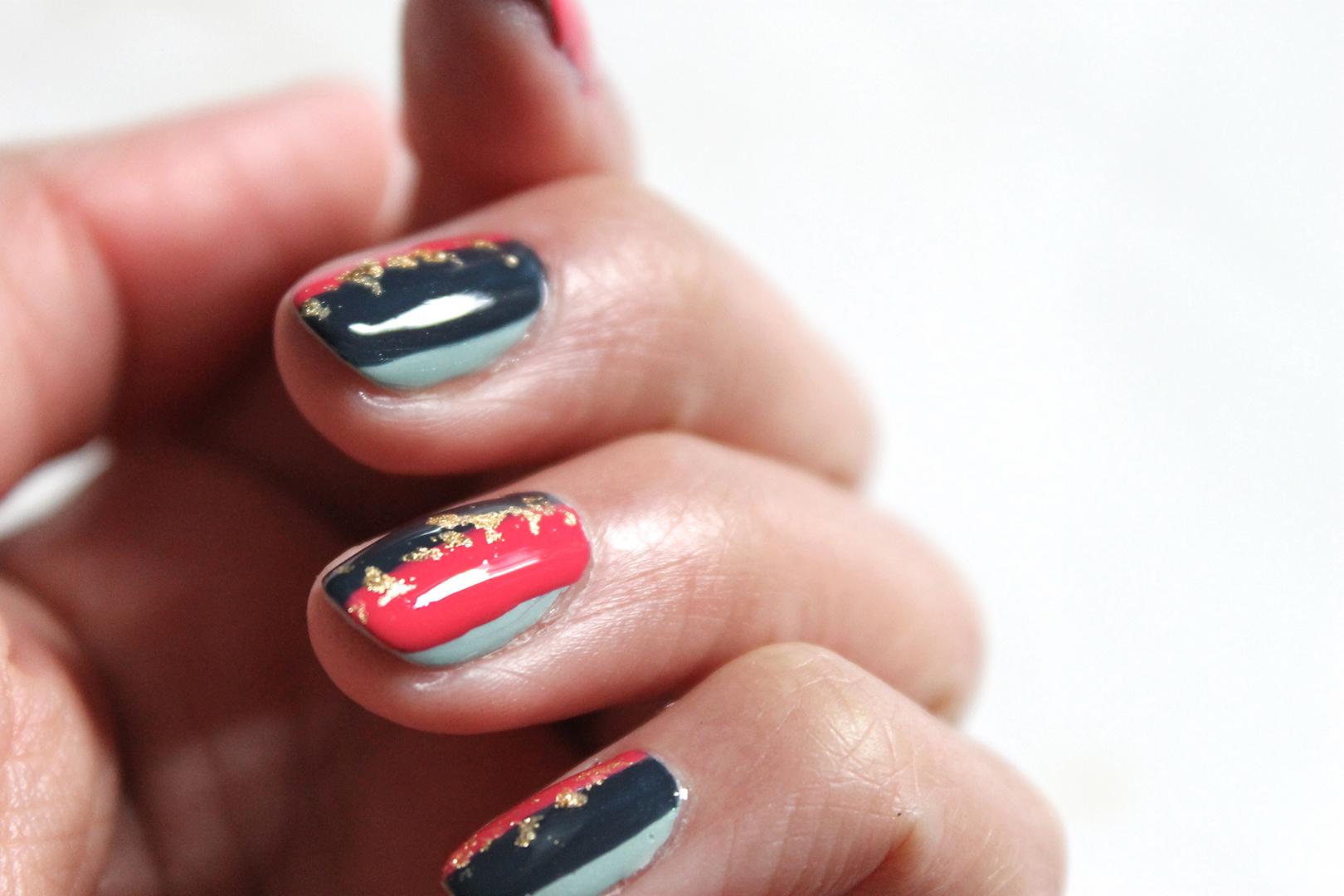 nail-art-rayures-feuille-dor