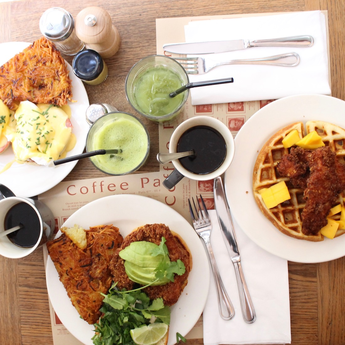 chicken-waffles-oeufs-benedict-chicken-burger