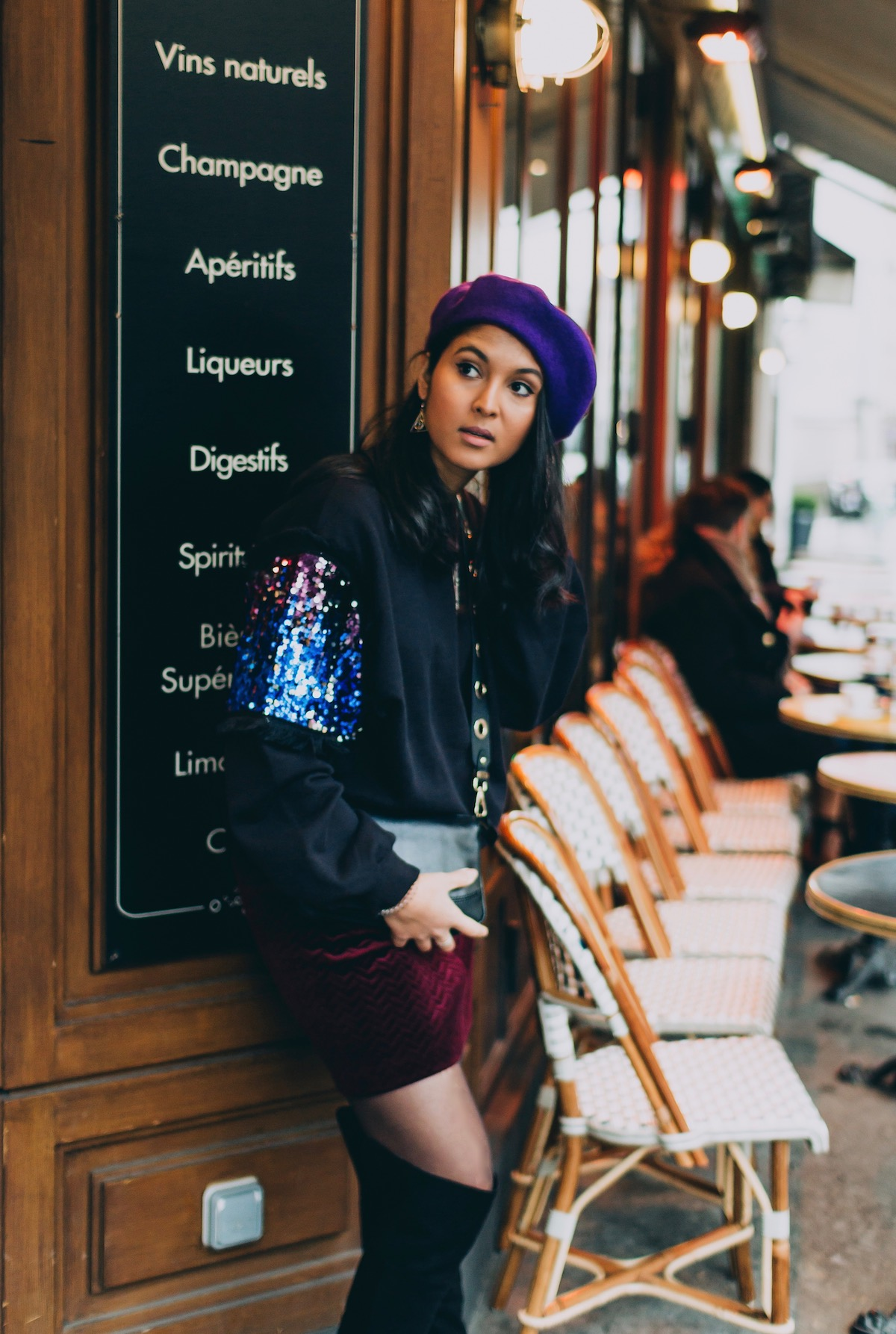 look-beret-violet-sweat-noir-cuissardes