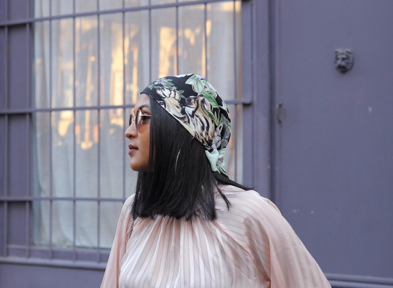 261337f99f77 J adore cette manière de porter le foulard ! Premièrement, cela permet de  dévoiler un maximum de l imprimé et quand il s agit de ce sublime foulard  en soie ...